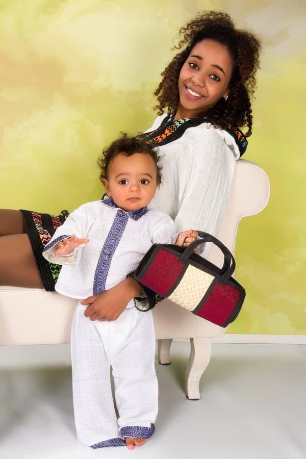 Etiopisk moder i nationell klänning royaltyfria bilder