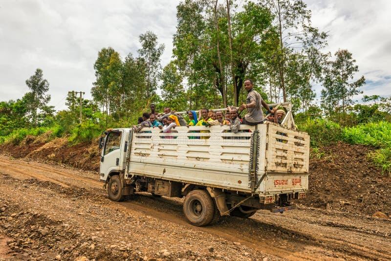 Etiopiska vägarbetare som reser på en lastbil arkivbild