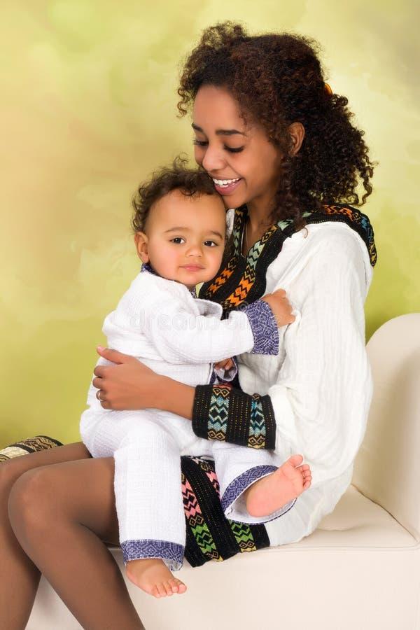 Etiopiskt krama för moder behandla som ett barn royaltyfri foto