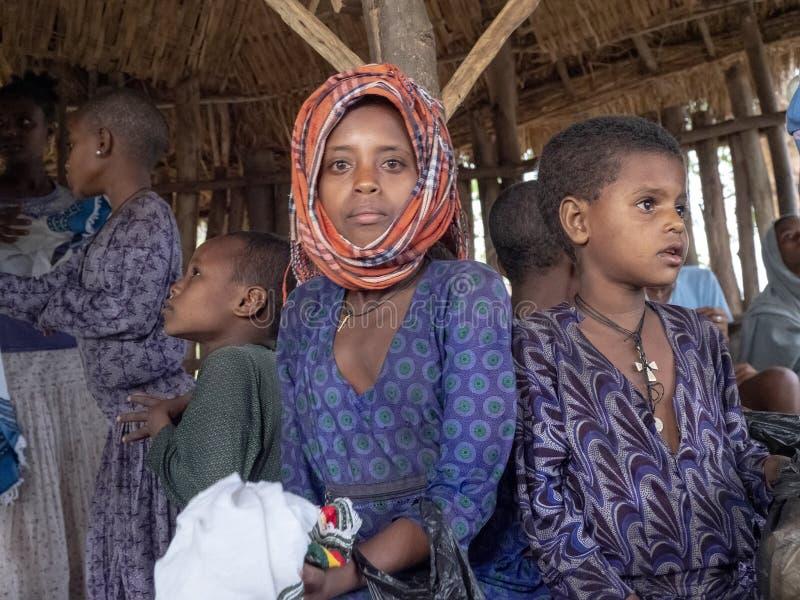Etiopscy dzieci w p??nocy kraj chuj?cy w budzie, Etiopia obrazy stock