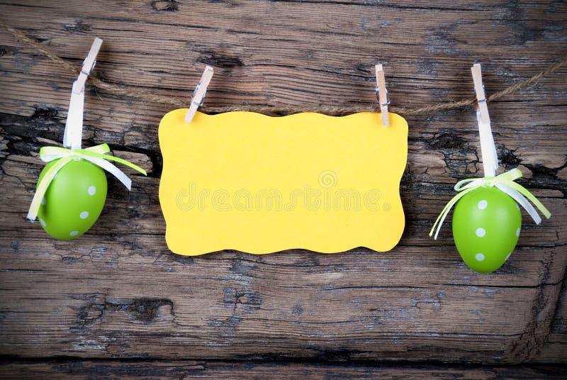 Etiqueta amarela da Páscoa com espaço da cópia com quadro fotos de stock