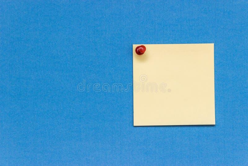 Etiqueta amarela tecla vermelha fixada imagens de stock