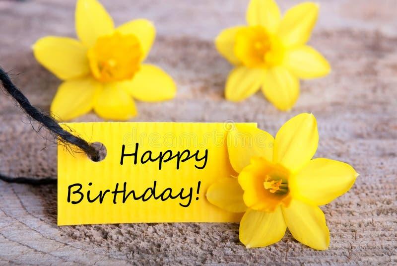 Etiqueta amarilla con feliz cumpleaños fotos de archivo
