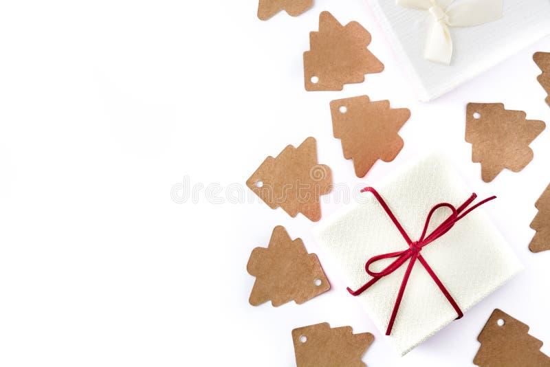 Etiqueta branca da árvore da caixa de presente e de Natal no fundo branco fotografia de stock
