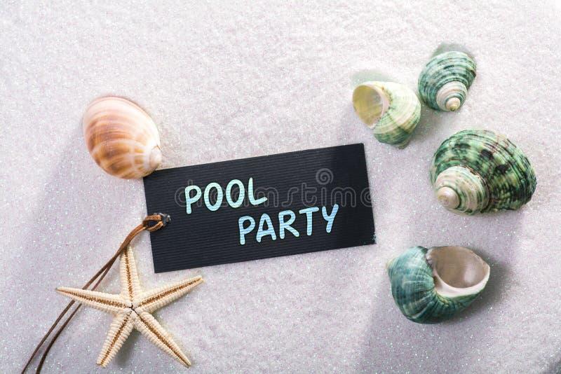 Etiqueta com festa na piscina imagens de stock