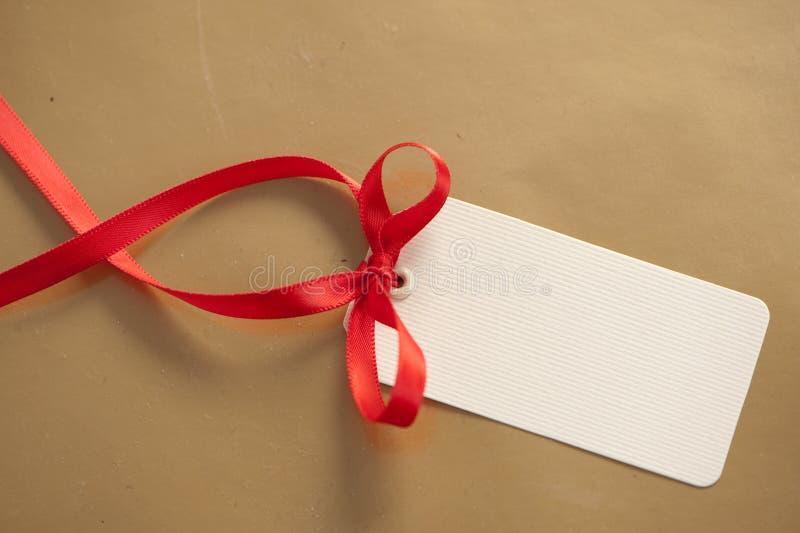 Etiqueta con el cordón rojo fotos de archivo