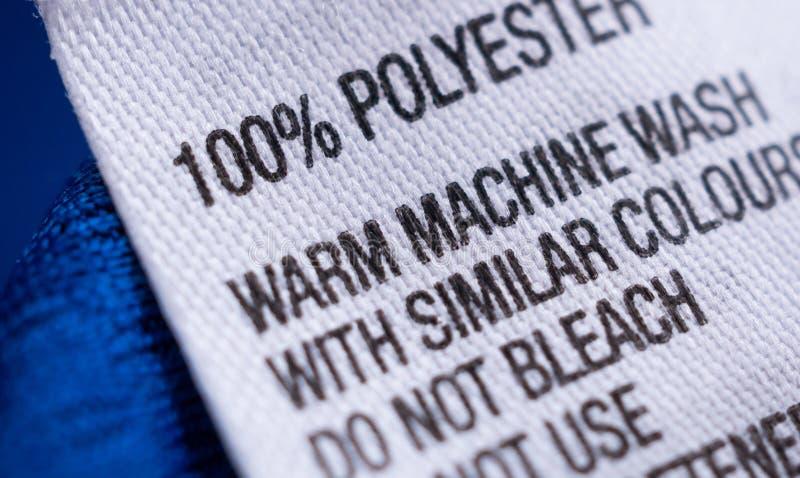 A etiqueta da roupa do poli?ster com instru??es de cuidado da lavanderia etiqueta imagens de stock