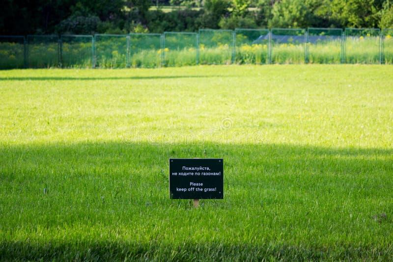 Etiqueta de advertência no parque de Gatchina do prado Inscrição no russo e inglês: por favor não ande nos gramados imagens de stock royalty free
