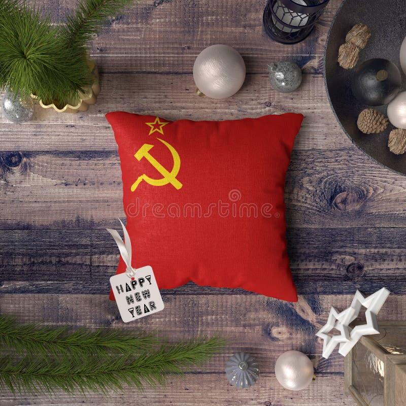 Etiqueta de la Feliz Año Nuevo con la bandera de Unión Soviética en la almohada Concepto de la decoraci?n de la Navidad en la tab imágenes de archivo libres de regalías
