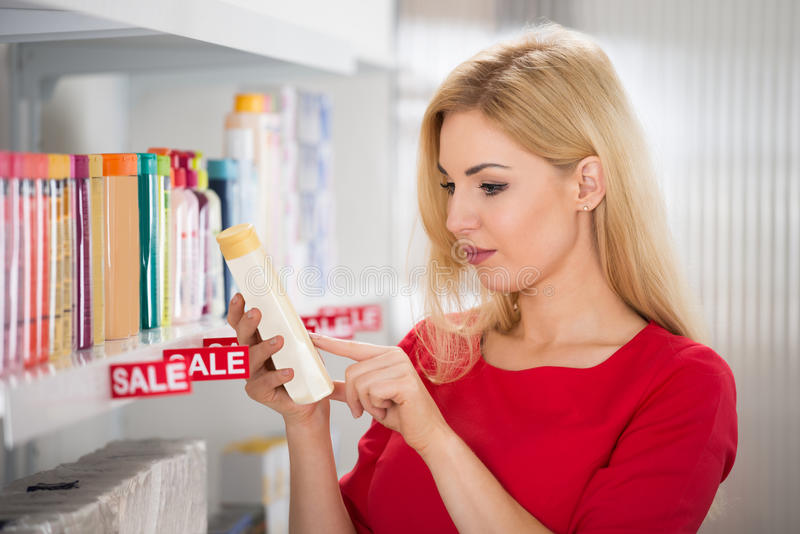 Etiqueta de la lectura del cliente en la botella cosmética imágenes de archivo libres de regalías