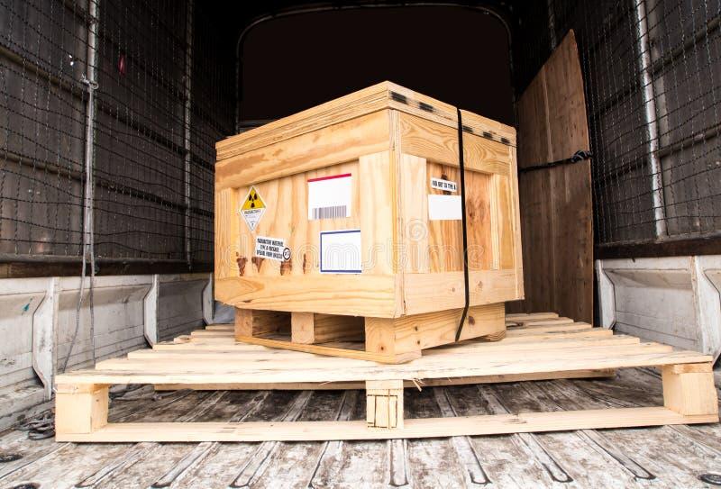 Etiqueta de la radiación al lado del paquete encajonado de madera i del transporte A imagen de archivo