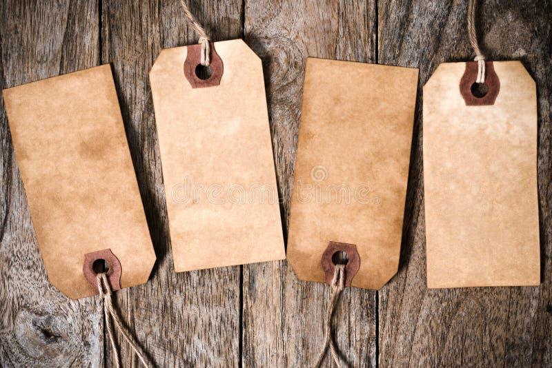 Etiqueta de papel de quatro vintages com sombra na madeira imagens de stock