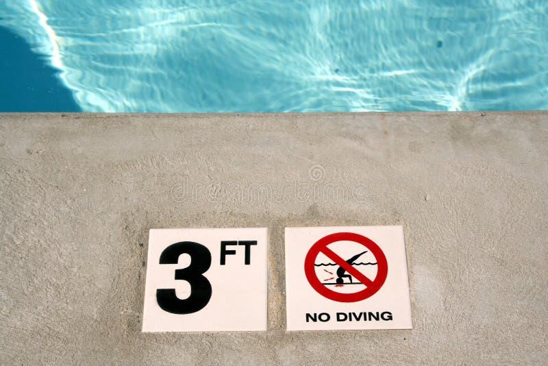 Etiqueta de plástico de la profundidad de la piscina fotografía de archivo