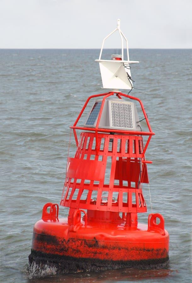 Etiqueta de plástico roja Bouy en el mar imagen de archivo
