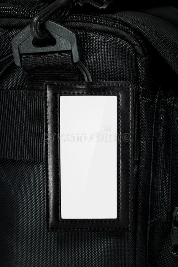Etiqueta de suspensão de couro preta no fundo do saco do curso Etiqueta vazia do nome para seu projeto fotografia de stock