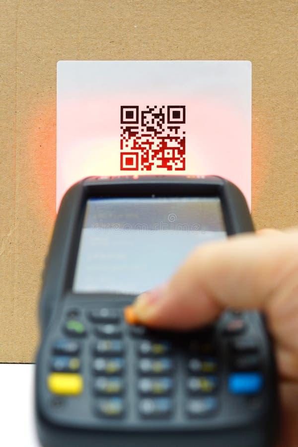 Etiqueta del código de la exploración QR en el cartón con el laser imágenes de archivo libres de regalías