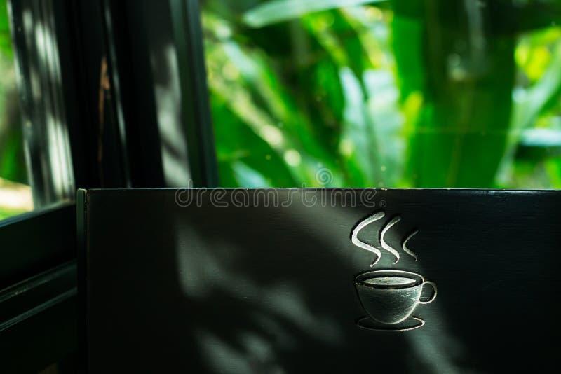 Etiqueta del café del símbolo de la imagen de fondo, hecha de la madera Tiene espacio para la entrada de texto fotografía de archivo libre de regalías