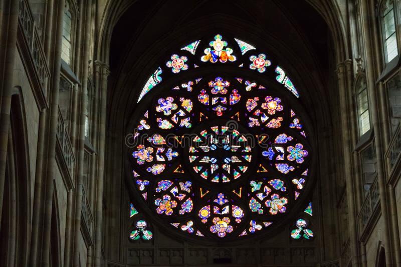 Etiqueta del rosetón de St Vitus Cathedral en Praga fotos de archivo