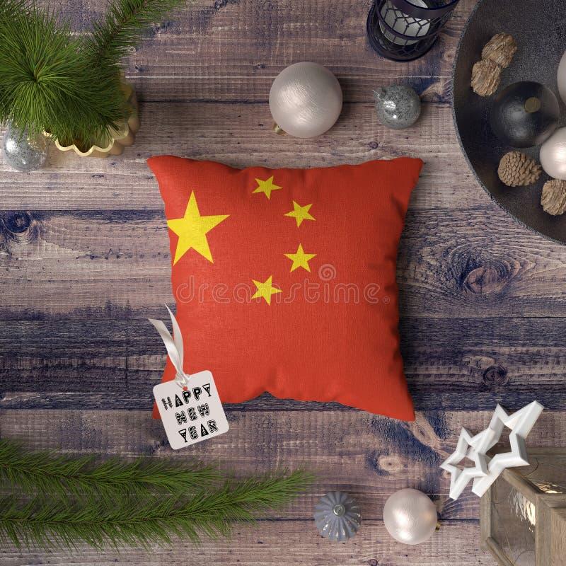 Etiqueta do ano novo feliz com a bandeira de China no descanso Conceito da decora??o do Natal na tabela de madeira com objetos bo foto de stock