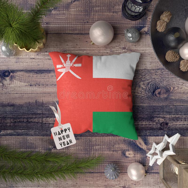 Etiqueta do ano novo feliz com a bandeira de Om? no descanso Conceito da decora??o do Natal na tabela de madeira com objetos boni foto de stock