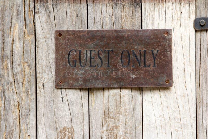 Etiqueta do convidado somente na madeira imagem de stock royalty free