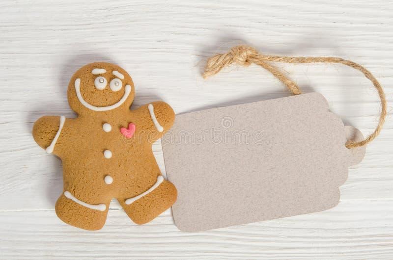 Etiqueta do Natal e o homem de pão-de-espécie foto de stock royalty free