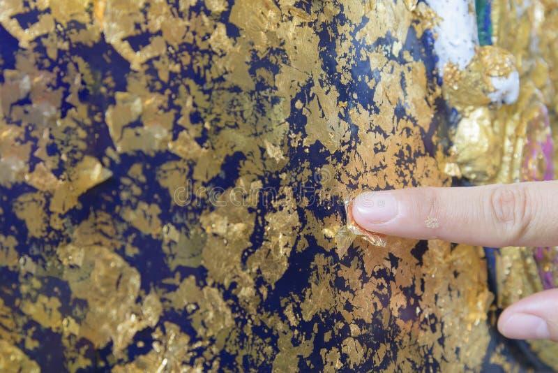 Download Etiqueta Do Ouro Na Estátua Imagem de Stock - Imagem de sumário, montanha: 65580241