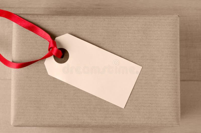 Etiqueta do presente no pacote de Brown imagens de stock