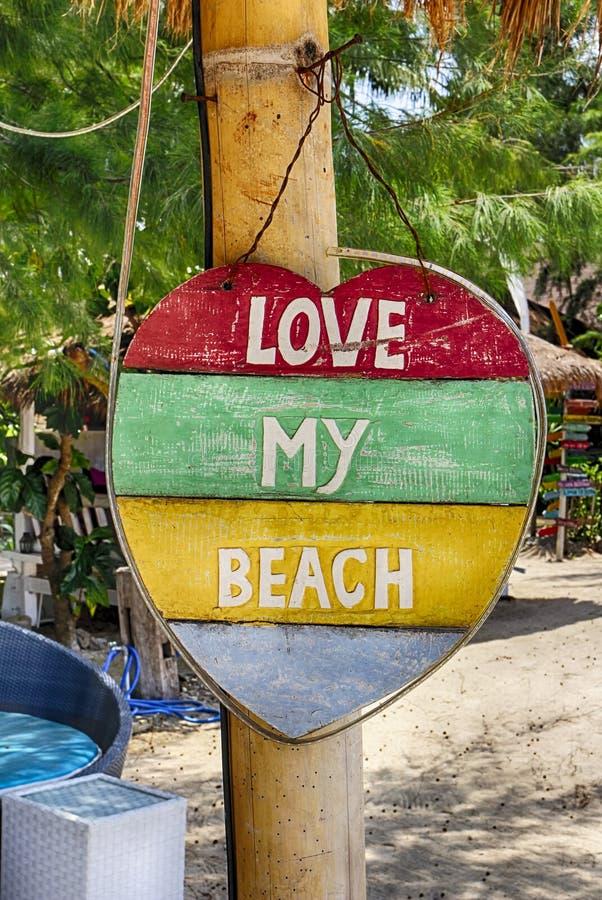 Etiqueta do roupa de banho, eu amo a praia Colora o coração com uma inscrição para ajustar o sinal da praia atrair a atenção imagens de stock royalty free