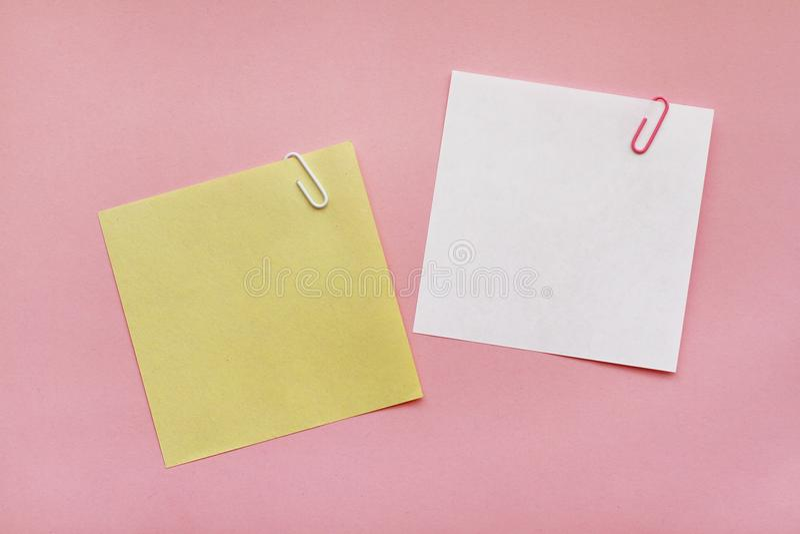 Etiqueta dos papéis de nota no fundo cor-de-rosa imagem de stock