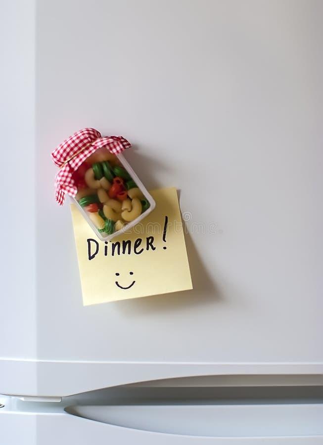 Etiqueta e ímã do jantar em um refrigerador imagem de stock royalty free