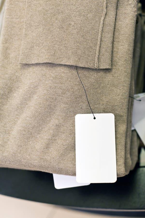 Etiqueta e roupa fotos de stock