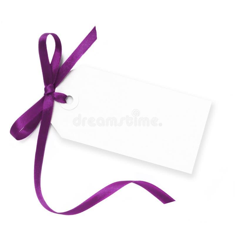 Etiqueta en blanco con la cinta púrpura fotos de archivo libres de regalías