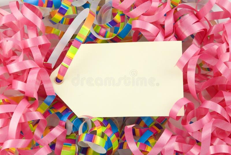 Etiqueta en blanco con las cintas coloridas imagen de archivo