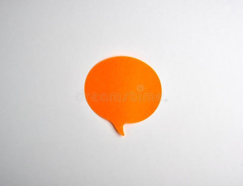 etiqueta engomada de papel anaranjada de la nube en el fondo blanco imagen de archivo libre de regalías