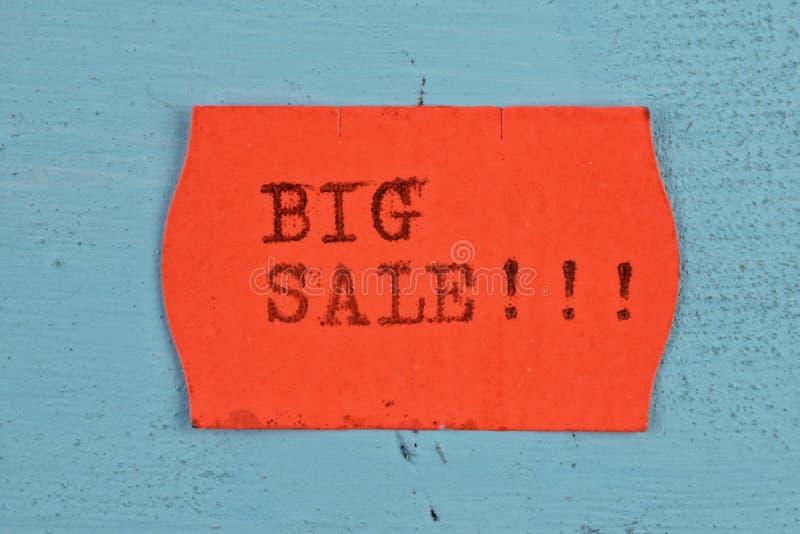 Etiqueta engomada roja del precio de la venta grande imágenes de archivo libres de regalías