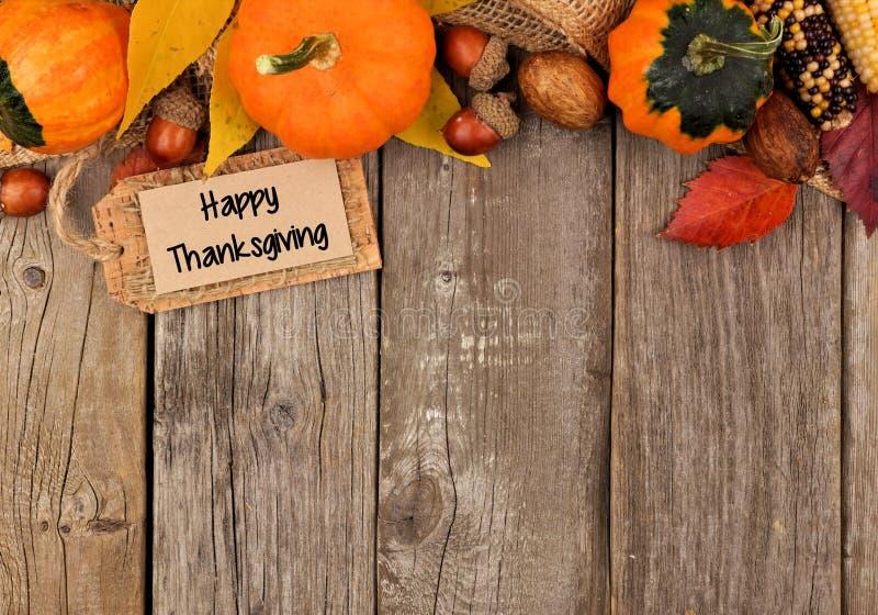 Etiqueta feliz da ação de graças com beira da parte superior do outono sobre a madeira foto de stock royalty free