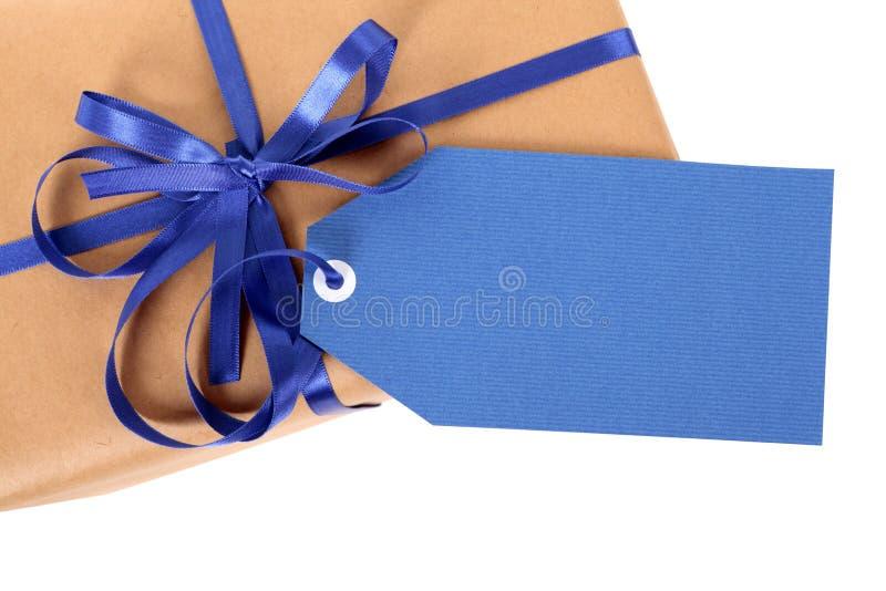 Etiqueta ou etiqueta azul do presente no pacote do papel marrom ou no pacote, vista superior, fim acima imagens de stock royalty free