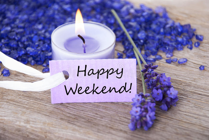 Etiqueta púrpura con fin de semana feliz del texto y los flores de la lavanda imagenes de archivo