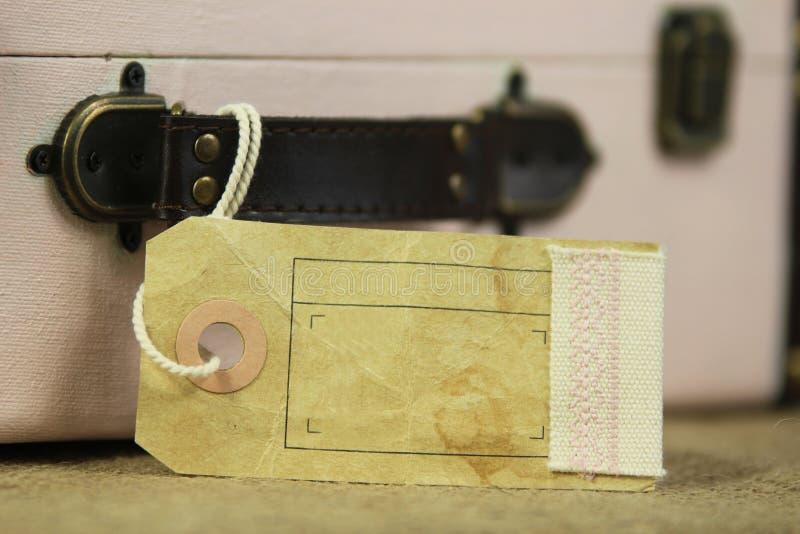 Etiqueta vazia da bagagem na mala de viagem do vintage imagens de stock royalty free