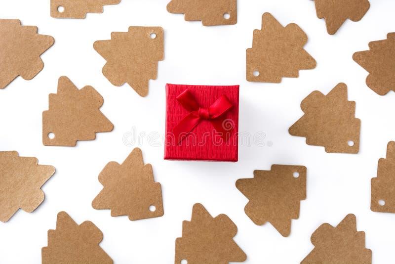 Etiqueta vermelha da árvore da caixa de presente e de Natal isolada no fundo branco imagens de stock