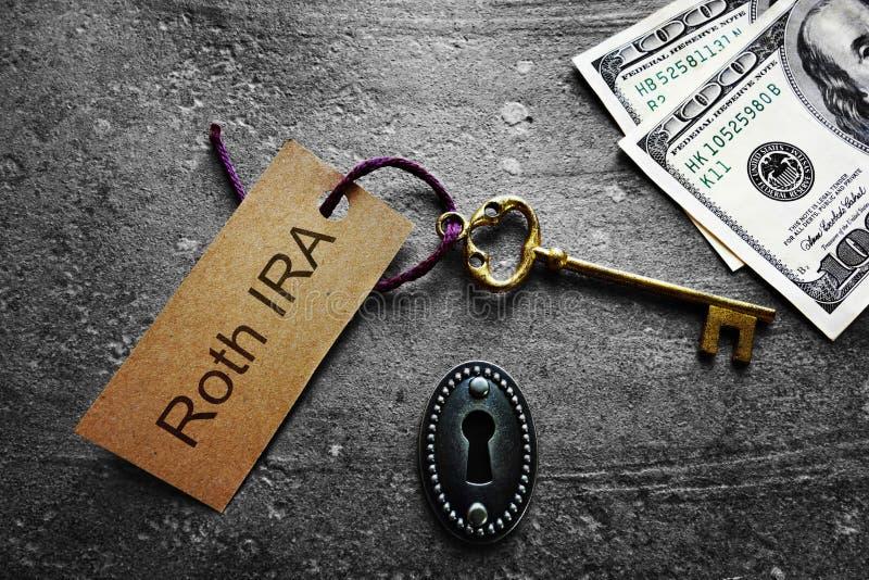 Etiqueta y efectivo de Roth IRA Key foto de archivo libre de regalías
