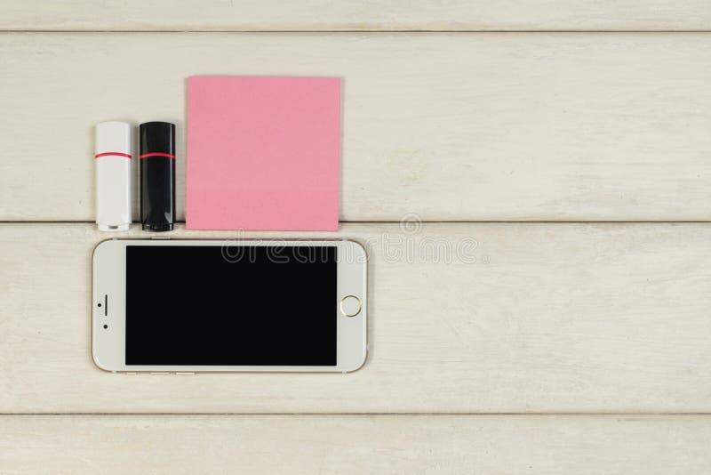 Etiquetas, cartões de memória Flash do telefone celular em uma tabela de madeira fotografia de stock royalty free