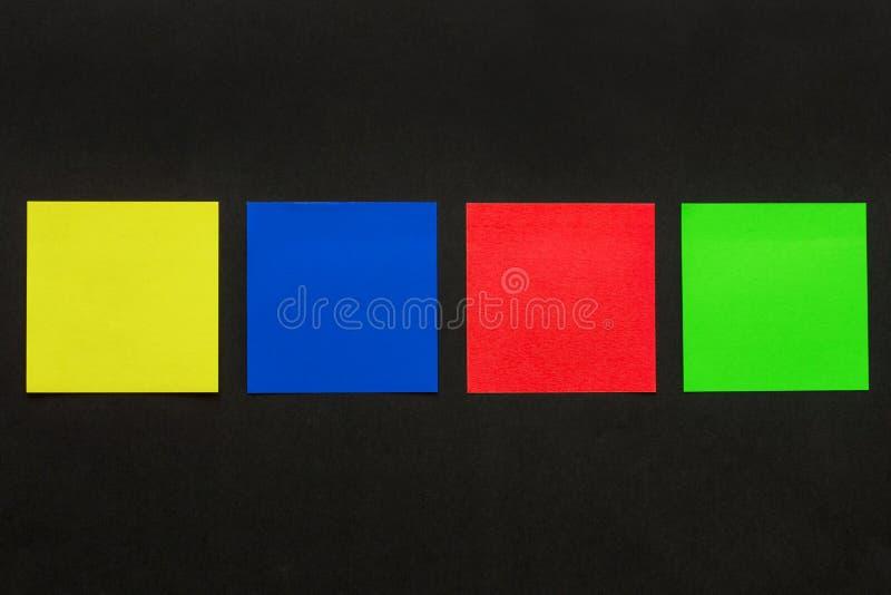 Etiquetas coloridos no fundo preto imagem de stock