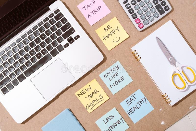 Etiquetas de papel coloridas com estratégia empresarial e portátil no tabletop foto de stock royalty free