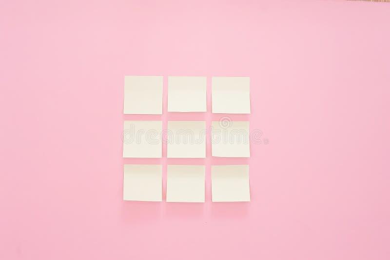 Etiquetas de papel coloridas no fundo cor-de-rosa Vista superior Configuração lisa Copie o espaço Etiquetas do escritório do mode imagens de stock royalty free