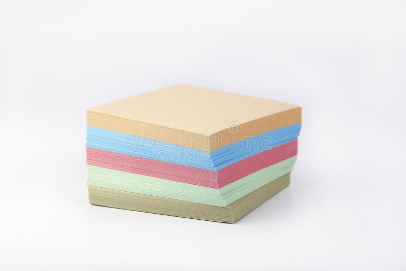 Etiquetas de papel coloridos em um fundo branco fotografia de stock