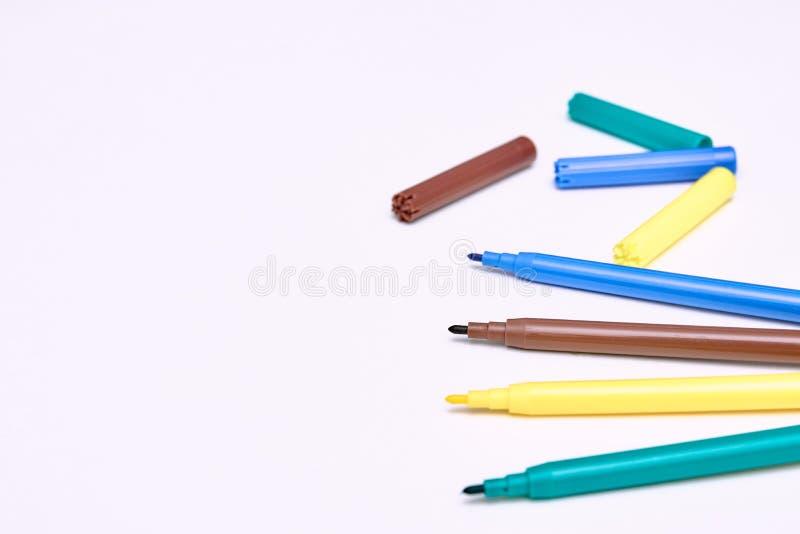 Etiquetas de plástico coloridas en el fondo blanco los marcadores de los niños para dibujar Copyspace Visión vertical Desarrollo  fotografía de archivo