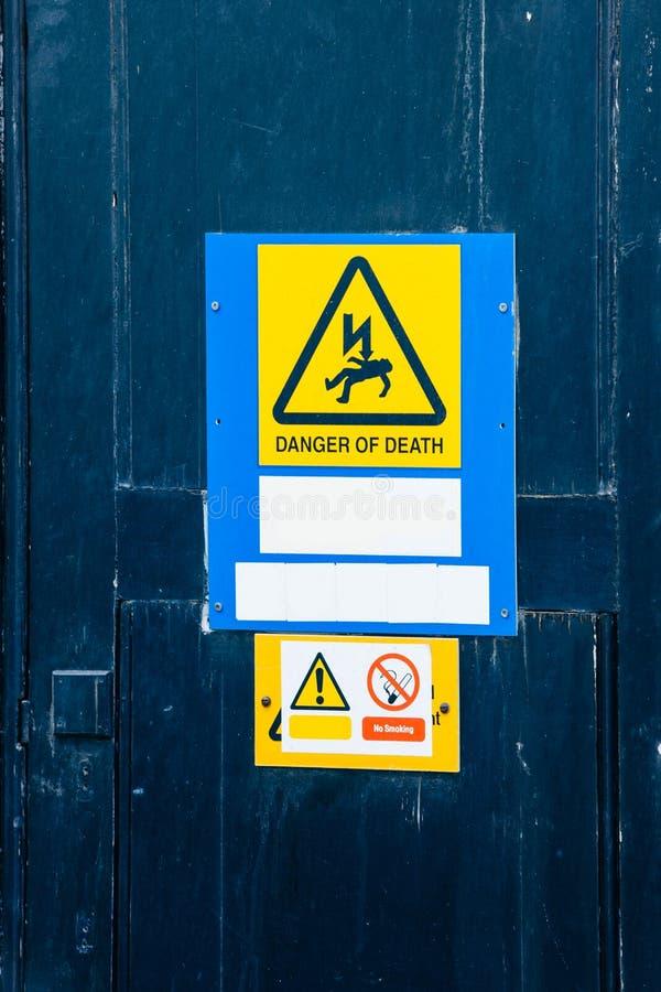 Etiquetas del peligro eléctrico imagenes de archivo