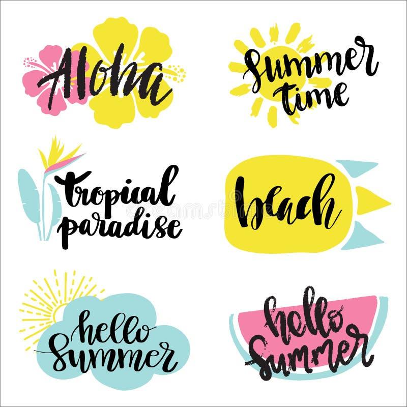 Etiquetas del verano, logotipos, etiquetas y sistema de elementos dibujados mano para las vacaciones de verano, viaje, vacaciones ilustración del vector